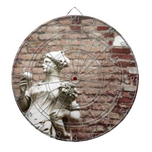 Pared de ladrillo y estatua de la mujer tablero dardos