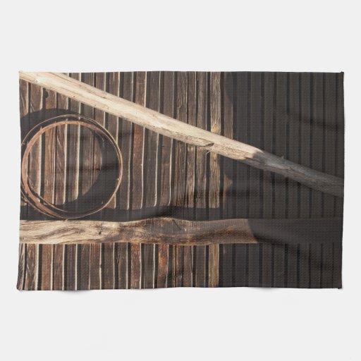 Pared de madera del granero de los tablones de toallas de cocina