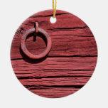 Pared de madera roja rural rústica del granero con adornos de navidad