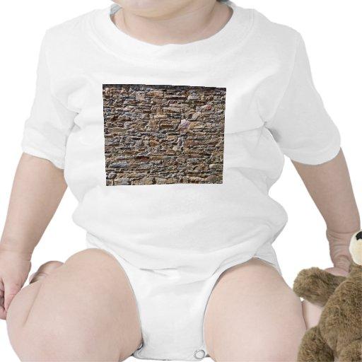 Pared de piedra áspera antigua trajes de bebé