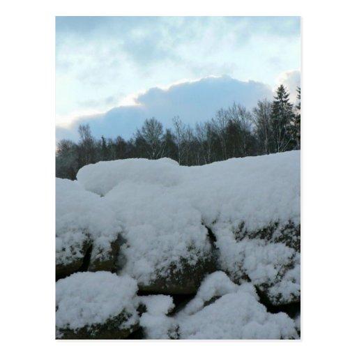 Pared de piedra con nieve tarjeta postal