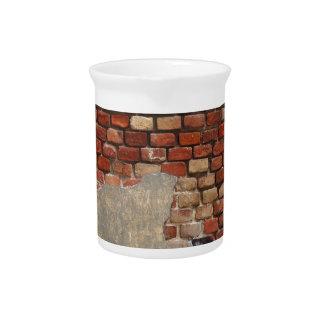 Pared de piedra del ladrillo y del yeso viejos jarras para bebida