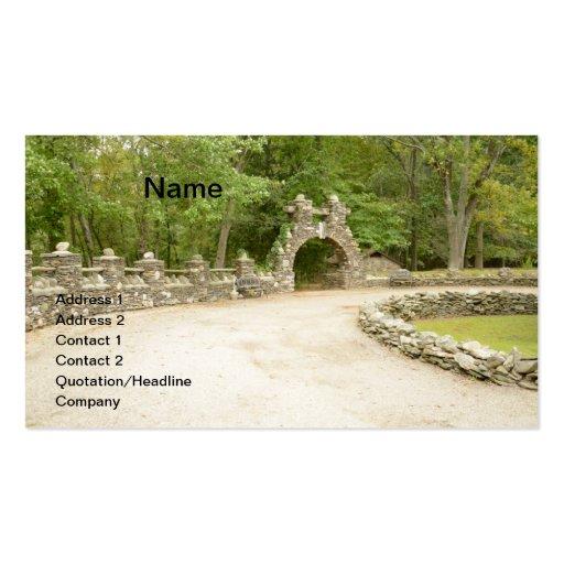 pared de piedra y arcada en un ajuste del parque tarjetas de visita