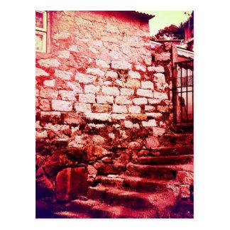Pared de piedra y postal de piedra de las escalera
