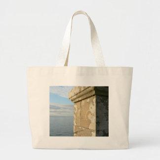 Pared del castillo de la playa bolsas de mano
