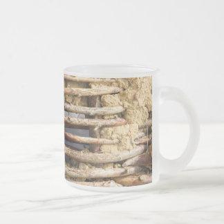 Pared del fango y del zarzo taza de café esmerilada