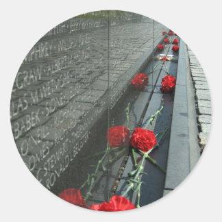 Pared del monumento de los veteranos de Vietnam Pegatina Redonda