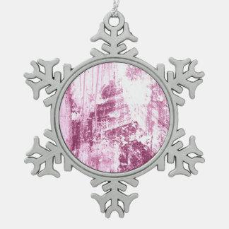 Pared sucia, rosada adorno de peltre en forma de copo de nieve
