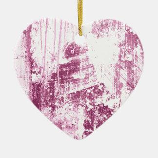 Pared sucia, rosada adorno de cerámica en forma de corazón