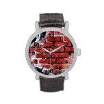 pared urbana del ladrillo rojo con la pintada relojes de pulsera