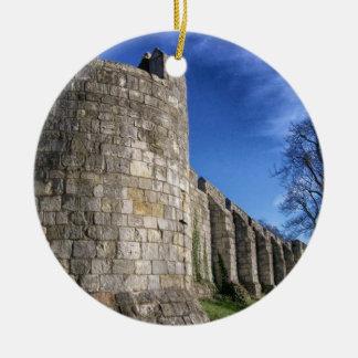 Paredes de la ciudad del castillo adorno navideño redondo de cerámica