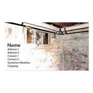 paredes de piedra y tubería en un sótano viejo tarjetas de visita
