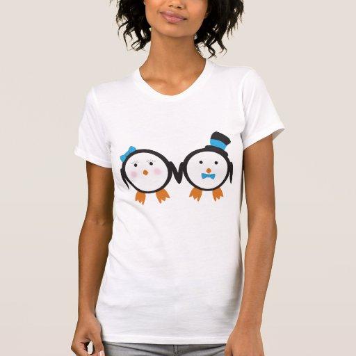 Pares apuestos del pingüino camiseta