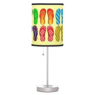 Pares caprichosos de flips-flopes coloridos lámpara de mesa