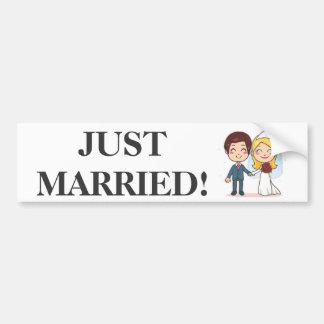 Pares casados que llevan a cabo las manos pegatina para auto
