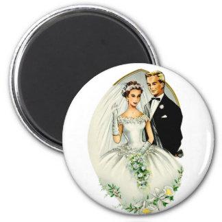 Pares casados retros de la boda 50s del vintage imán redondo 5 cm