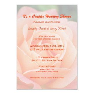 Pares color de rosa anaranjados que casan la invitaciones personales