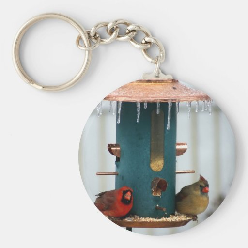 Pares de cardenales en BirdFeeder helado Llavero Redondo Tipo Pin
