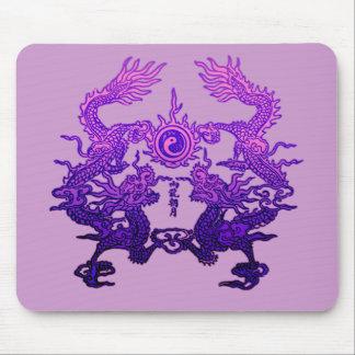 Pares de dragones púrpuras en los regalos y la rop tapetes de ratón
