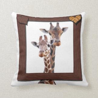 Pares de la jirafa enmarcados en amor almohada