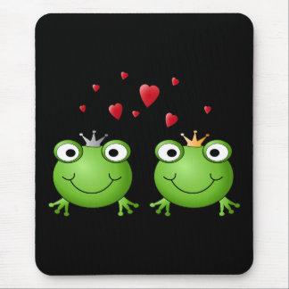 Pares de la rana con los corazones alfombrilla de ratón