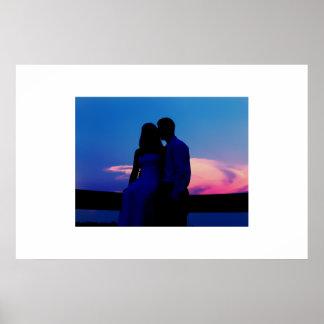 Pares de la silueta en la puesta del sol póster