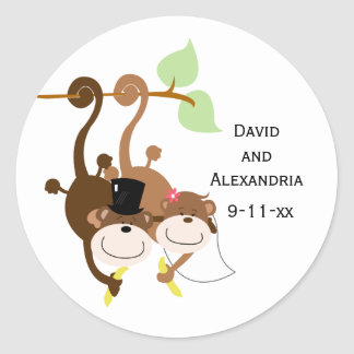 Pares de monos en un árbol que casan favor nupcial pegatina redonda