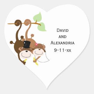 Pares de monos en un árbol que casan favor nupcial pegatina en forma de corazón