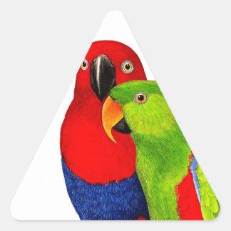 Pares de pájaros del amor de los loros pegatina triangular