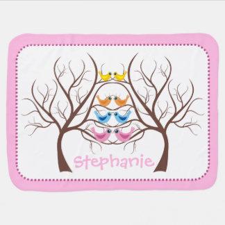 Pares de pájaros gemelos lindos en rosa del árbol mantita para bebé