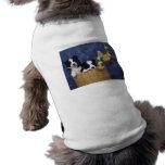 Pares de perritos en una cesta ropa para mascota
