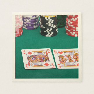 Pares de reyes en la tabla de tarjeta servilleta desechable