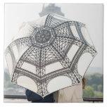 Pares debajo de un paraguas con la torre Eiffel Azulejos Ceramicos