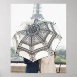 Pares debajo de un paraguas con la torre Eiffel Posters