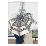 Pares debajo de un paraguas con la torre Eiffel Tarjeta De Felicitación
