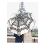 Pares debajo de un paraguas con la torre Eiffel Tarjetas Postales