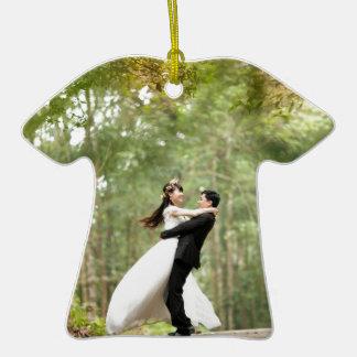Pares del boda adorno de cerámica en forma de camiseta