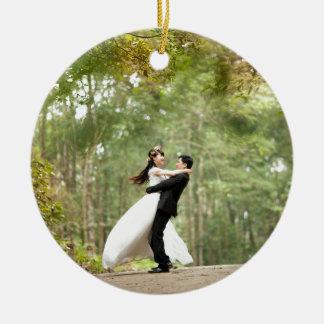 Pares del boda adorno redondo de cerámica