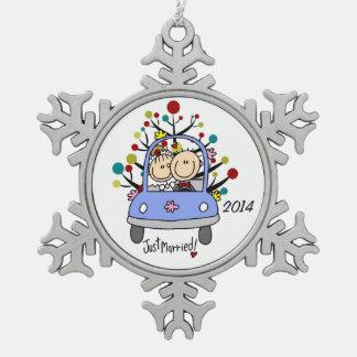 Pares del boda en el ornamento del copo de nieve adorno