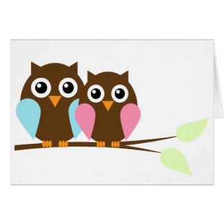 Pares del búho en una rama tarjeta pequeña
