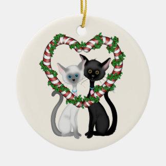 Pares del gato y guirnalda lindos personalizados adorno navideño redondo de cerámica