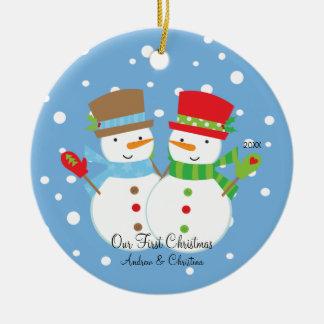 Pares del muñeco de nieve nuestro primer ornamento adorno de navidad