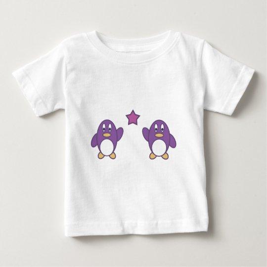 Pares del pingüino con la estrella playera de bebé