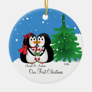 Pares del pingüino nuestro primer ornamento del na ornamentos de reyes magos