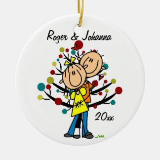 Pares en el ornamento personalizado 1r navidad del adorno navideño redondo de cerámica