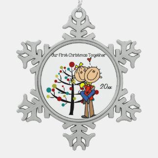 Pares en el primer ornamento del copo de nieve del adorno de peltre en forma de copo de nieve