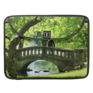 Pares en el puente en parque fundas para macbook pro