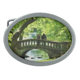 Pares en el puente en parque hebilla de cinturón oval