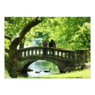 Pares en el puente en parque invitacion personalizada