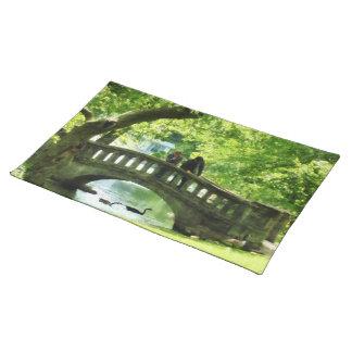 Pares en el puente en parque manteles